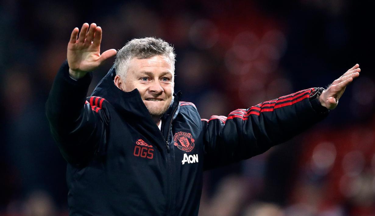Selebrasi manajer sementara Manchester United (MU) Ole Gunnar Solskjaer saat timnya mengalahkan Huddersfield dalam Premier League di Old Trafford, Manchester, Inggris, Rabu (26/12). MU menekuk Huddersfield 3-1. (Martin Rickett/PA via AP)