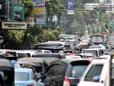 Kemacetan arus lalu lintas saat uji coba sistem satu arah (SSA) di Jalan H Agus Salim dan Jalan KH Wahid Hasyim, Jakarta, Selasa (9/10). Uji coba ini menyebabkan kemacetan kendaraan. (Merdeka.com/Iqbal Nugroho)
