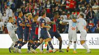 Pemain Paris Saint-Germain (PSG) bersitegang dengan pemain Marseille pada laga Ligue 1 di di Stade de France, Senin (14/9/2020). PSG takluk 0-1 dari Marseille. (AP Photo/Michel Euler)