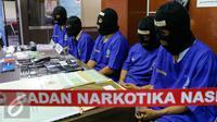 Sejumlah tersangka saat dihadirkan saat rilis penangkapan bandar sabu dan ekstasi di BNN Cawang, Jakarta, (23/11). BNN mengamankan barang bukti 1kg sabu dan 141 ekstasi. (Liputan6.com/Yoppy Renato)