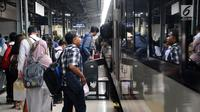 Calon penumpang manaiki kereta api di Stasiun Pasar Senen, Jakarta, Selasa (16/4). PT KAI Daop 1 Jakarta mengoperasikan 11 KA tambahan tujuan Bandung, Cirebon, Kutoarjo, Yogyakarta, dan Solo. (Liputan6.com/Herman Zakharia)