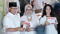 Cagub DKI Jakarta, Anies Baswedan bersama istri dan anaknya menunjukan kertas suara saat akan menggunakan hak pilihnya di TPS 28 Cilandak, Jakarta Selatan, Rabu (19/4). (Liputan6.com/Yoppy Renato)