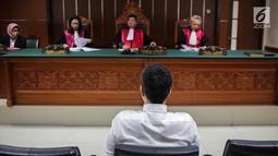 Artis Steve Emmanuel saat menjalani sidang putusan kasus narkoba di Pengadilan Negeri Jakarta Barat, Selasa (16/7/2019). Steve divonis lebih rendah dari tuntutan jaksa selama 13 tahun penjara, denda Rp 1 miliar dengan subsider enam bulan kurungan. (Liputan6.com/Faizal Fanani)