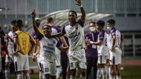 Gelandang Persita, Billy Keraf (kiri) dan penyerang Altariq Ballah melakukan selebrasi kemenangan usai laga pekan pertama BRI Liga 1 2021/2022 antara Persipura Jayapura melawan Persita Tangerang di Stadion Pakansari, Bogor, Sabtu (28/08/2021) malam WIB. (