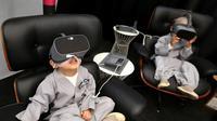 Dua anak lelaki bermain Virtual Reality (VR) menggunakan layanan 5G di tempat pengalaman LG UPlus 5G di Seoul, Korea Selatan (7/5/ 2019). Sepuluh anak terpilih mendapatkan pengalaman menjadi biksu dalam rangkaian acara peringatan hari lahir Buddha. (AP Photo/Ahn Young-joon)