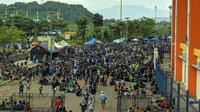 Situasi di kompleks Stadion Si Jalak Harupat saat laga Persebaya vs Persib dalam matchday kedua Grup A Piala Presiden 2019, Kamis (7/3/2019). (Bola.com/Muhammad Adiyaksa)