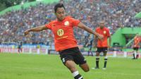 Striker Barito Putera, Samsul Arif, memberikan pujian kepada pertahanan Arema FC. (Bola.com/Iwan Setiawan)