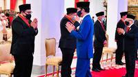 Presiden Jokowi menganugerahkan tanda jasa dan kehormatan kepada 53 tokoh, di antaranya kepada mantan Wakil Ketua DPR Fadli Zon dan Fahri Hamzah, Kamis (13/8/2020). ( Foto: Biro Pers Sekretariat Presiden)