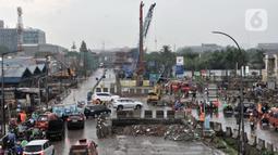 Kendaraan dialihkan saat akan melewati lokasi semburan gas PGN di proyek Tol Dalam Kota rute Pulogebang-Kelapa Gading, Cakung, Jakarta, Kamis (12/3/2020). Semburan gas menyebabkan akses Cakung-Pulogadung dan sebaliknya ditutup. (merdeka.com/Iqbal Nugroho)
