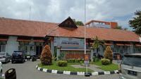 Penampakan bagian depan RSD Gunung Jati Cirebon menutup sementara pelayanan medis dari luar imbas 39 nakes nya terkonfirmasi positif covid-19. Foto (Liputan6.com / Panji Prayitno)