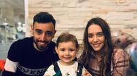 Gelandang Manchester United (MU) Bruno Fernandes bersama sang istri, Ana Pinho, dan putrinya. (foto: https://www.instagram.com/anaapinho)