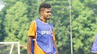 Imanuel Wanggai saat berlatih bersama Persipura Jayapuran di Lapangan Pertamina Simprug, Jakarta. (Bola.com/Nicklas Hanoatubun)