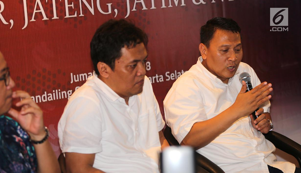 Politisi Partai Keadilan Sejahtera, Mardani Ali Sera (kanan) memberikan paparan pada survei elektabilitas Cagub dan Cawagub Pilkada 2018 di empat provinsi oleh Roda Tiga Konsultan (RTK) di Jakarta, Jumat, (22/6). (Liputan6.com/Fery Pradolo)