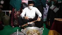 Menparekraf Sandiaga Uno ketika membuat kue keukarah, jajanan khas Aceh. (Tangkapan Layar Instagram @sandiuno)