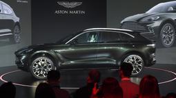 Aston Martin meluncurkan SUV pertamanya, Aston Martin DBX secara resmi di Beijing, China, Rabu (20/11/2019). Dari sisi eksterior mobil memiliki desain grill yang berkarakter dan lampu berdesain oval menambah kecantikan SUV DBX. (GREG BAKER / AFP