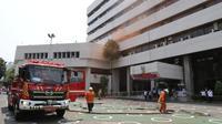 Kementerian Sosial dan Dinas Pemadam Kebakaran DKI Jakarta menggelar simulasi menghadapi kebakaran di halaman Gedung Kantor Pusat Kemensos, Jakarta pada Senin (21/09/2020).