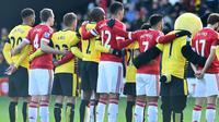 Pemain Watford dan MU memberikan penghormatan kepada korban teror Paris sebelum memulai pertandingan dalam lanjutan Liga Inggris di Stadion Icarage Road, Watford, Sabtu (21/11/2015). (AFP Photo/Ben Stansall)