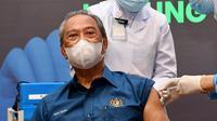 PM Malaysia Muhyiddin Yassin disuntik vaksin COVID-19 buatan Pfizer. Dok: Twitter @MuhyiddinYassin