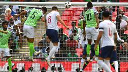 Proses terjadinya gol yang dicetak bek Inggris, gary Cahill ke gawang Nigeria pada laga persahabatan di Stadion Wembley, London, Sabtu (2/6/2018). Inggris menang 2-1 atas Nigeria. (AFP/Ben Stansall)
