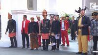 Jokowi hadir di upacara Hari Kemerdekaan Indonesia dengan mengenakan baju adat Aceh, menggandeng Jan Ethes yang tampak santai.
