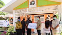 Penyerahan bantuan CS dari PLN Riau kepada pengelola Rumah Kreatif Kampung Patin di Desa Koto Mesjid, Kabupaten Kampar. (Liputan6.com/M Syukur)