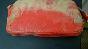 Dompet Patti setelah ditemukan di antara loker dan dinding sejak 1957.