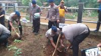 Penanaman pohon dan bersih-bersih Kali Ciliwung tersebut dilakukan sepanjang bantaran kali mulai dari kawasan Bidaracina hingga Kampung Pulo. (Foto: Merdeka.com)