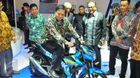 Menperin, Airlangga Hartarto mencoba kendaraan saat pembukaan Indonesia Motorcycle Show (IMOS) 2016 di JCC, Senayan, Jakarta, Rabu (2/11). IMOS 2016 terdiri dari 5 perusahaan motor anggota Asosiasi Industri Sepeda Motor (AISI). (Liputan6.com/Angga Yuniar)