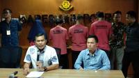 Polisi menangkap 4 orang tersangka penyebar hoaks penculikan anak.