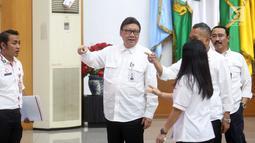 Mendagri Tjahjo Kumolo (kedua kiri) jelang laporan akhir tahun 2018 Kemendagri dan BNPP di Jakarta, Rabu (26/12). Kemendagri melalui Dinas Dukcapil akan menerapkan sistem jemput bola ke wilayah yang belum memiliki E-KTP. (Liputan6.com/Helmi Fithriansyah)