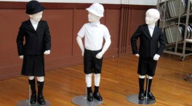 Foto tak bertanggal memperlihatkan seragam sekolah dasar Taimei yang didesain Giorgio Armani. Sekolah dasar itu berencana mengajukan rencana pembuatan seragam baru yang dibanderol dengan harga sekitar  Rp10 jutaan. (Taimei Elementary School via AP)