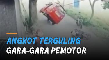 Awalnya seorang pemotor jatuh di belakang sebuah mobil hingga menutup sebagian jalan.