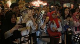 Sejumlah fans mengambil foto para pebulutangkis saat lelang untuk Palu dan Donggala di Grand Indonesia, Jakarta, Sabtu (24/11). Pebulutangkis Indonesia lelang barang untuk bantu korban bencana alam. (Bola.com/Vitalis Yogi Trisna)