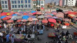 Suasana Pasar Kota Tua Kabul, Afghanistan, Minggu (8/9/2019). Di sini dan hampir seluruh pasar di Afghanistan, mereka yang melakukan aktivitas jual beli adalah para pria. (AP Photo/Ebrahim Noroozi)