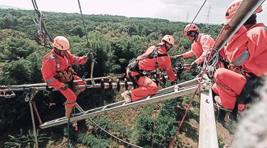 Petugas PLN memperbaiki saluran listrik di Probolinggo. (Dian Kurniawan/Liputan6.com)