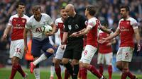 Para pemain Arsenal melakukan protes kepada wasit Anthony Taylor yang memberikan penalti kepada Tottenham pada laga Premier League di Stadion Wembley, London, Sabtu (2/3). Kedua klub bermain imbang 1-1. (AFP/Daniel Leal-Olivas)