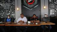 Sekretaris Umum Pertina Sulsel, Adam Taka (kemeja putih), dan Manajer Tim Tinju Sulsel, M. Tawing (kemeja merah Hitam). (Bola.com/Abdi Satria)