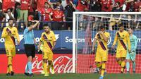 Para pemain Barcelona tampak kecewa usai dibobol Osasuna pada laga La Liga di Stadion El Sadar, Pamplona, Sabtu (31/8). Kedua klub bermain imbang 2-2. (AP/Alvaro Barrientos)