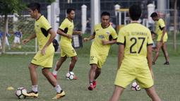 Para pemain Mitra Kukar melakukan latihan jelang laga Liga 1 di Lapangan ABC, Senayan, Jakarta, Sabtu (08/12). Mitra Kukar akan berhadapan dengan Persija Jakarta. (Bola.com/M Iqbal Ichsan)