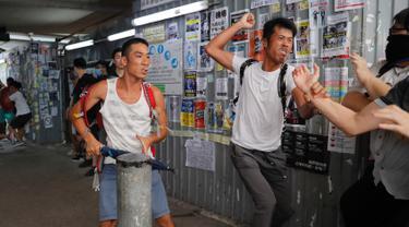 Demonstran pro-China berkelahi dengan demonstran antipemerintah di Distrik Kowloon Bay, Hong Kong, Sabtu (14/9/2019). Bentrokan pecah saat aktivis dan demonstran antipemerintah Hong Kong merencanakan aksi duduk bersama di dalam pusat-pusat perbelanjaan. (AP Photo/Kin Cheung)