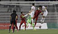Proses terjadinya gol sundulan yang dicetak bek Vietnam, Doan Van Hau, ke gawang Timnas Indonesia U-22 pada laga final SEA Games 2019 di Stadion Rizal Memorial, Manila, Selasa (10/12). Indonesia kalah 0-3 dari Vietnam. (Bola.com/M Iqbal Ichsan)