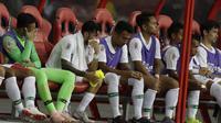 Gelandang Timnas Indonesia, Stefano Lilipaly, bersama rekan-rekannya tampak lesu usai ditaklukkan Singapura pada laga Piala AFF 2018 di Stadion Nasional, Singapura, Jumat (9/11). Singapura menang 1-0 atas Indonesia. (Bola.com/M. Iqbal Ichsan)