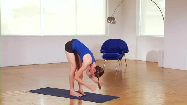 Instruktur yoga, Tara Stiles peragakan cara meregengkan badan agar bahu dan leher tak tegang.