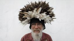 Jesus Moreno, berpose dengan topi rontokan bulu merpati di Monterrey, Meksiko, Selasa (7/7/2015). Kakek berusia 60 tahun ini yang dulunya bekerja sebagai polisi investigasi tak pernah telat memberi makan merpati dua kali sehari. (REUTERS/Daniel Becerril)