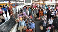 Sejumlah pemudik sudah melakukan arus balik dengan mengunakan kereta api di Stasiun Senen, Jakarta, Senin, (20/7/2015). Dipredeksikan puncak arus balik di stasiun pasar senen akan terjadi pada hari Selasa atau Rabu. (Liputan6.com/Herman Zakharia)