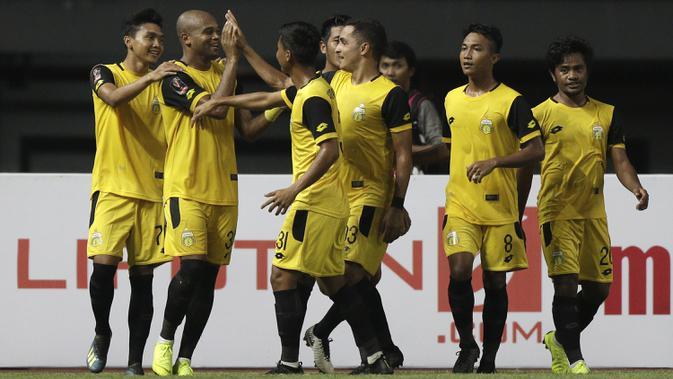 Para pemain Bhayangkara FC merayakan gol yang dicetak Anderson Sales ke gawang Bali United pada laga Piala Presiden 2019 di Stadion Patriot, Bekasi, Kamis (14/3). Bhayangkara menang 4-1 atas Bali. (Bola.com/Yoppy Renato)