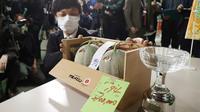 Sepasang melon Jepang terjual di Jepang dengan harga Rp 356 juta. (Photo credit: STR JIJI PRESS/AFP)