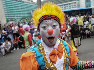 Badut menghibur masyarakat saat car free day di kawasan Bunderan HI, Jakarta, Minggu (9/12). Aksi Aku Badut Indonesia  tersebut merupakan bentuk kampanye positif yang bertujuan untuk mengajak masyarakat peduli terhadap sesama. (Liputan6.com/Faizal Fanani)