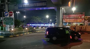 Pos Penyekatan Arus Mudik Di Depan Pintu Masuk Pelabuhan Merak, Kota Cilegon, Banten. (Senin, 10/05/2021).