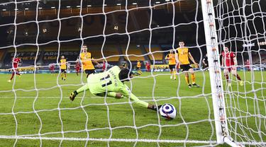 Penjaga gawang Wolverhampton Wanderers Rui Patricio gagal menghentikan gol pemain Liverpool Diogo Jota (kanan) pada pertandingan Liga Inggris di Stadion Molineux, Wolverhampton, Inggris, Senin (15/3/2021). Liverpool menang 1-0. (AP Photo/Laurence Griffiths,Pool)